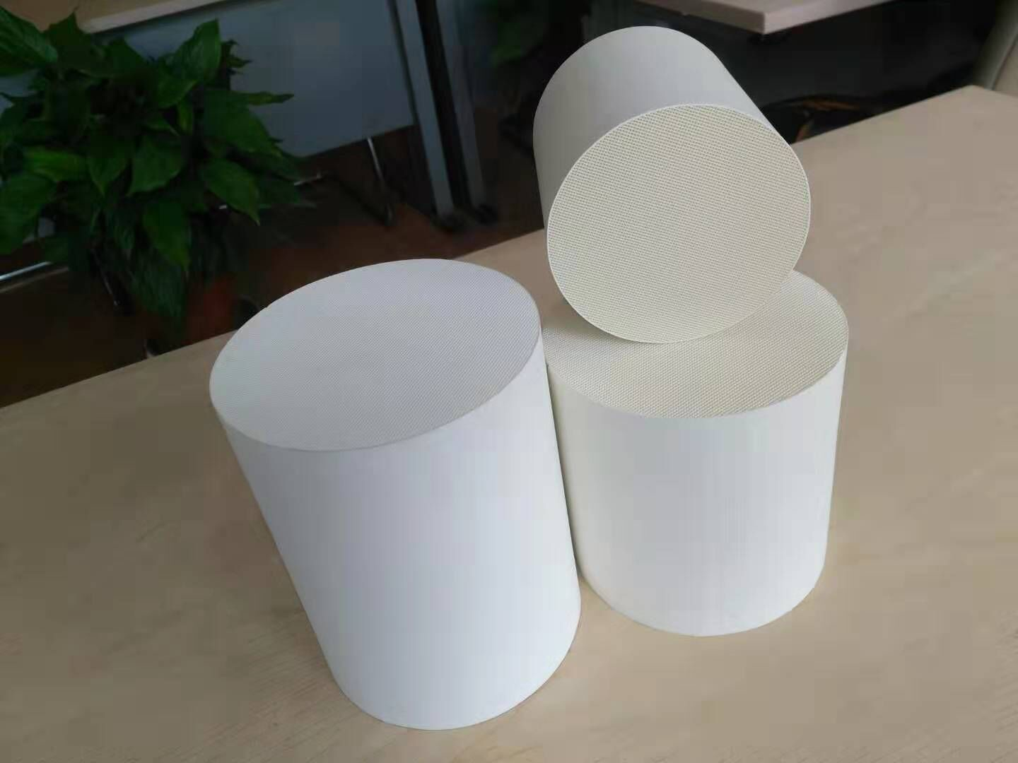 Iso Passed VOC Honeycomb Ceramic Support High Temperature Resistance Ceramic